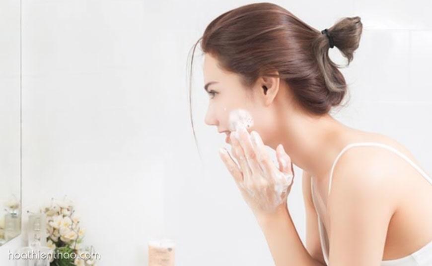 Làm sạch da bằng sữa rửa mặt sau khi mang khẩu trang