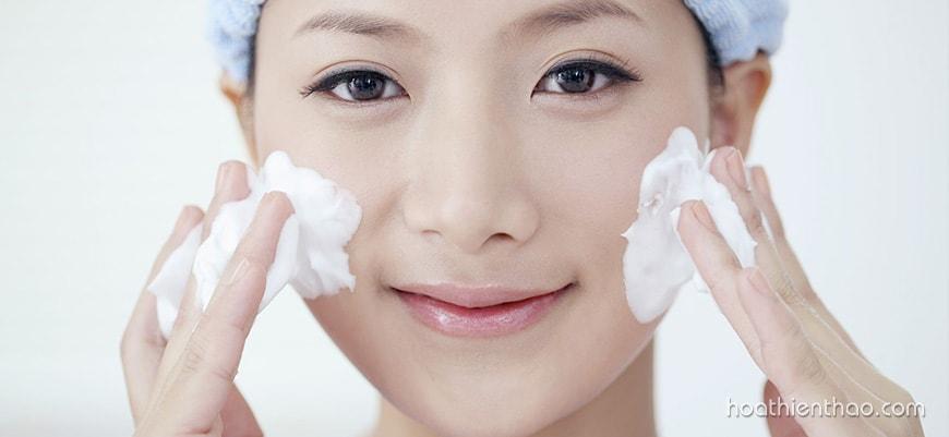 Vệ sinh da mặt sạch trước và sau khi dùng